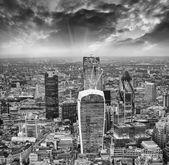 London. Stunning aerial view of modern skyline at dusk — Stock Photo
