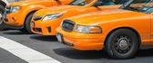 Táxis em Nova york. táxis amarelos na pole no semáforo — Fotografia Stock