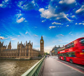 Westminster Bridge traffic at sunset. Blurred Red Bus — Stock Photo
