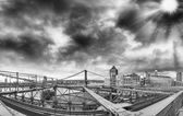 Beautiful black and white view of Brooklyn Bridge metallic structure — Stock Photo