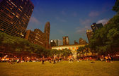 Tourists relax at sunset in beautiful Bryant Park — Stock Photo
