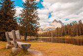 Solitaire bench with beautiful lake and mountain view — Stock Photo