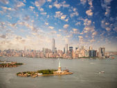 New York skyline with Statue of Liberty — Stock Photo