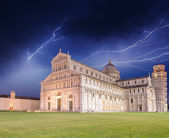 Bouře nad náměstí piazza dei miracoli. — Stock fotografie