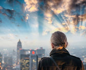 Woman and cityscape at dusk — Stock Photo