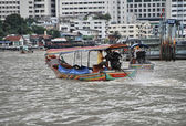 Small boat speeds up over Chao Phraya river — Stock Photo