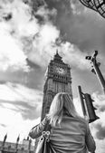 Tourist woman visiting London — Stock Photo