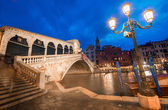 Rialto Bridge at sunset with tourists — ストック写真