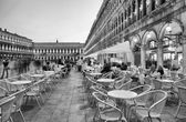 Tourists enjoy cafe in Piazza San Marco — Stock Photo