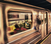 Subway train moving in Manhattan station — Stockfoto
