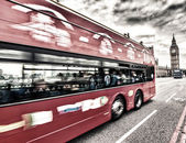 LONDON - SEP 14, 2013: Red Double Decker bus speeds up on Westmi — Stock Photo