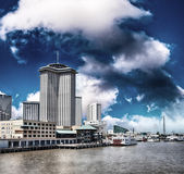 New Orleans, Louisiana. Mississippi river and city skyline — Stock Photo
