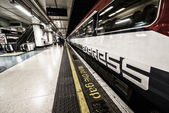 LONDON - SEP 30, 2013: Gatwick Express train with mind the gap s — Stock Photo