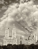 Skyscrapers and buildings along Central Park in Manhattan — Stock fotografie