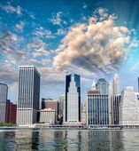 Skyscrapers and nature in New York. Sunset scene in Manhattan — Stock fotografie
