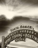 Registrera välkomnande besökare till santa monica pier ligger i sant — Stockfoto