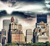 Skyscrapers and nature in New York. Sunset scene in Manhattan — Stock Photo