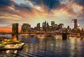 Brooklyn bridge i nowojorskich drapaczy chmur w nocy — Zdjęcie stockowe