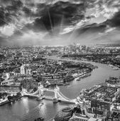 London. Aerial view of Tower Bridge at dusk with beautiful city — Stock Photo