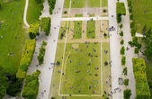 Crowd of tourists relaxing in Champs de Mars gardens — Stock Photo