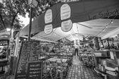 Tourists enjoy life in Montmartre streets. — Foto de Stock