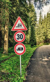 Low speed limit sign — Stock Photo