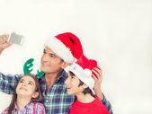 Vader met twee kinderen maken een familie Kerstmis selfie, isola — Stockfoto