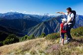 Homme et jeune garçon debout dans une prairie de montagne — Photo