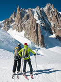 Skiers in front of the breathtaking view of Mont Blanc de Tacul — Stock Photo