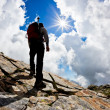 Man hiking up mountain — Stockfoto