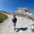Young hiker walking on a mountain trail. — Stock Photo
