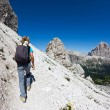Young hiker walking on a mountain trail. — Foto Stock