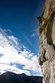 Rock climber on a rock face. — Foto de Stock