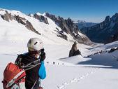 Horolezec fotografování snímku s kamerou v horách. — Stock fotografie