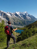 Hiker admiring mountain landscape in Val Veny, Mont Blanc — Стоковое фото