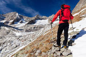 Hiker observing a high mountain panorama — Stock fotografie