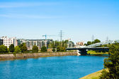 Utsikt över floden, hus och bridge — Stockfoto