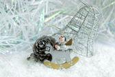 クリスマスのおもちゃと円錐形の松 — ストック写真