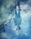 Sevimli küçük kız çamurlu su birikintileri oynuyor — Stok fotoğraf