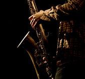 Foto caliente de la saxophonis masculina jugando en sax — Foto de Stock