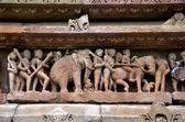 Carving of ancient warriors, horses and elephants on the battle — Stock Photo