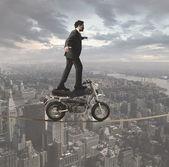 Zakenman en acrobatische uitdagingen — Stockfoto