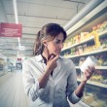 Girl unsure at supermarket — Stock Photo