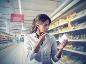 女孩在超市不能确定 — 图库照片