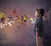 Jeune garçon, écouter de la musique — Photo