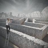 Söker lösningen på labyrinten — Stockfoto