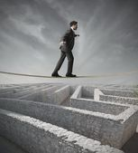 Businessman bypass the maze — Stockfoto