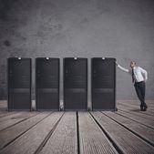 бизнесмен с сервером — Стоковое фото