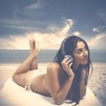 女孩喜欢听听音乐在海滩 — 图库照片
