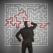 Confused business man seeks a solution to the labyrinth — Stockfoto